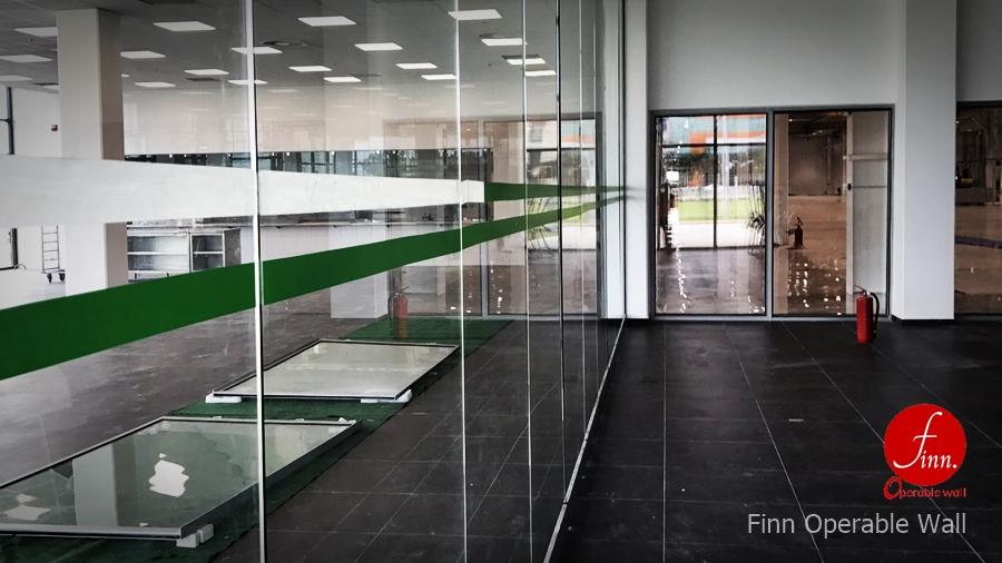 ผลงานผนังบานเลื่อนกระจกกันเสียงเคลื่อนที่ BOSCH@ระยอง โดย บริษัท ฟินน์ เดคคอร์ จำกัด ผนังบานเลื่อนกระจกกันเสียงเคลื่อนที่อเนกประสงค์ สำหรับห้องประชุม อบรม สัมมนา และจัดเลี้ยง